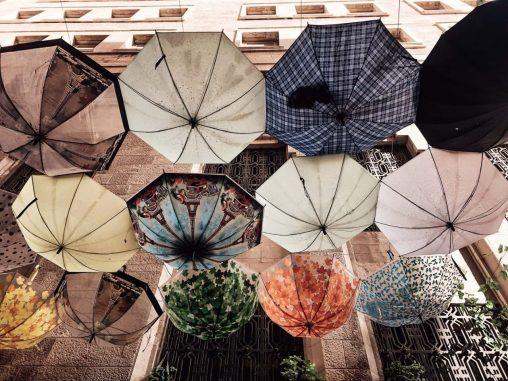 Jordanien Amman bunte Gasse mit Schirmen
