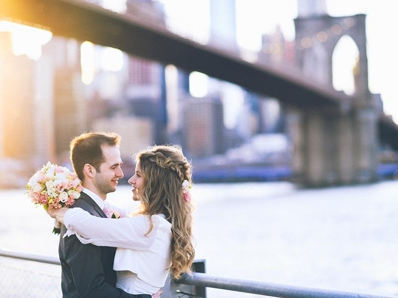 Heiraten in New York. Brautpaar beim Fotoshooting unter der Brooklyn Bridge