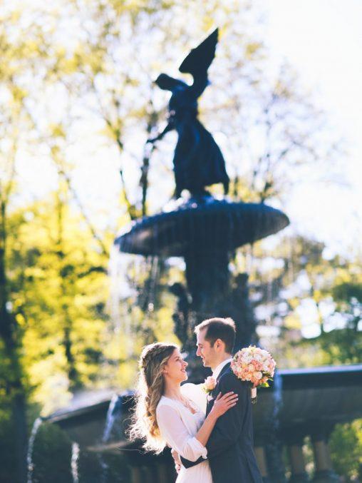 Heiraten in New York Brautpaar vor Brunnen im Central Park New York