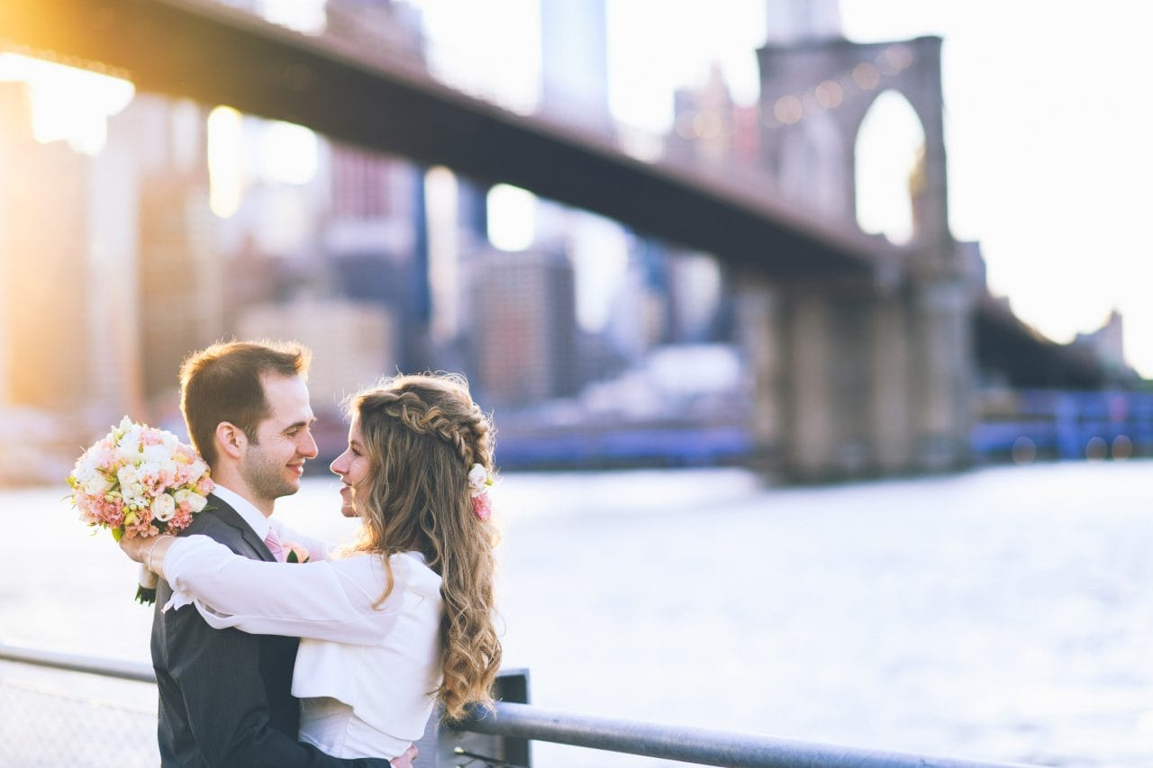Heiraten in New York Brautpaar beim Fotoshooting unter der Brooklyn Bridge in New York