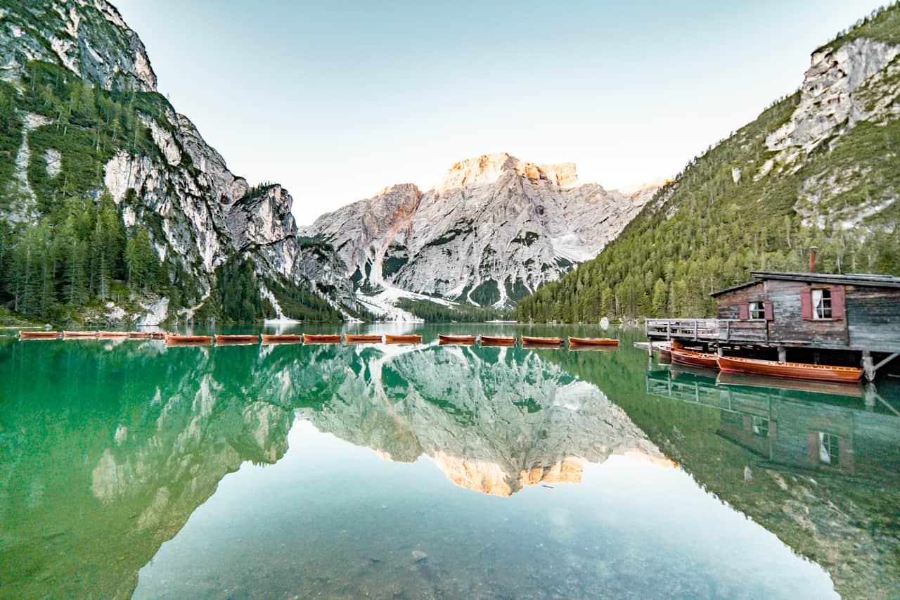 italien roadtrip dolomiten pragser wildsee ausblick sonnenaufgang boote und see